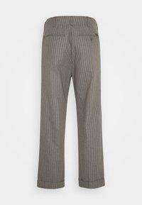 Brixton - TROUSER R PANT - Kalhoty - heather grey/dark brick - 1