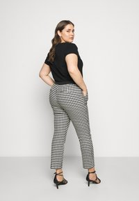 CAPSULE by Simply Be - HOUNDSTOOTH TAPERED TROUSERS - Trousers - black/white - 2