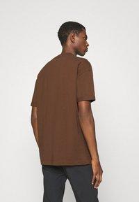 DRYKORN - THILO - Basic T-shirt - braun - 2