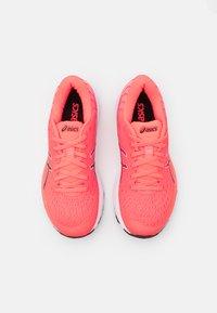 ASICS - GEL-CUMULUS 22 TOKYO - Chaussures de running neutres - sunrise red/black - 3