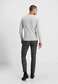 Selected Homme - SLHVICTOR CREW NECK - Stickad tröja - light grey melange - 2