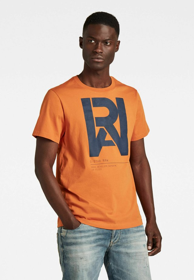 GRAPHIC RAW - T-shirt imprimé - amber