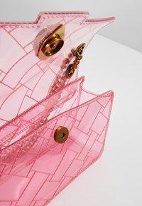 Kurt Geiger London - TRANSPARENT MINI KEN - Sac bandoulière - pink - 5