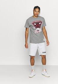 Mitchell & Ness - NBA LAST DANCE CHICAGO BULLS WINDY CITY TEE - Klubbkläder - grey - 1