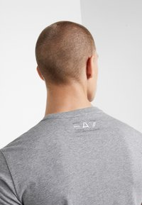 EA7 Emporio Armani - T-shirt z nadrukiem - light grey melange - 4