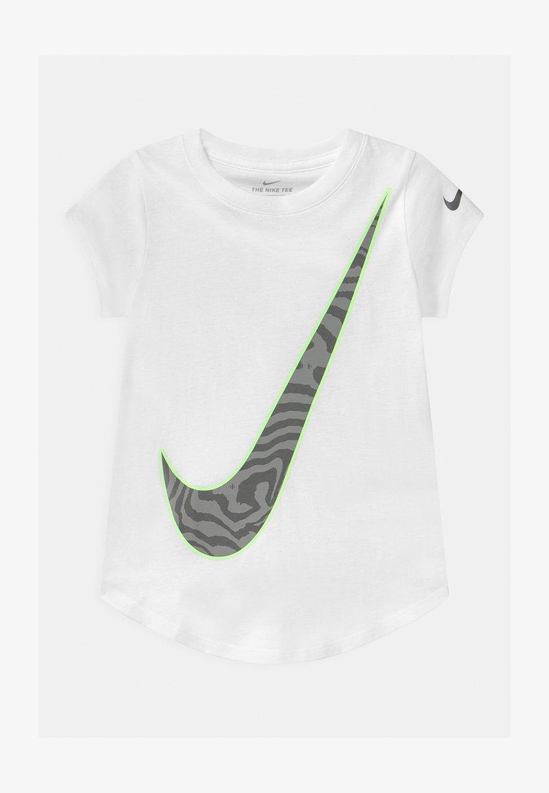 Nike Sportswear - GLOW IN THE DARK VICTORY FILL  - Print T-shirt - white