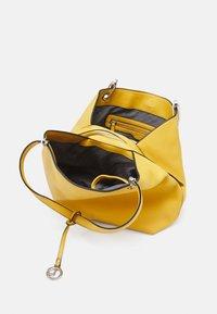 L.CREDI - EBONY - Handbag - curry - 2