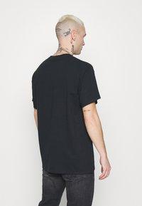 Mennace - BURNING FOREST - T-shirts print - black - 2