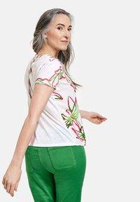 Gerry Weber - 1/2 ARM - Print T-shirt - weiß azalea palm druck - 1