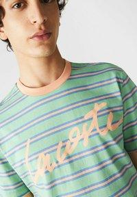 Lacoste - T-shirt imprimé - grün / hell orange / blau - 2