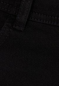 Bershka - UND UMGESCHLAGENEM SAUM  - Shorts di jeans - black - 5