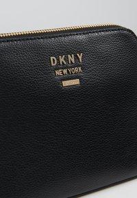 DKNY - WHITNEY DOME CROSSBODY - Taška spříčným popruhem - black/gold-coloured - 6