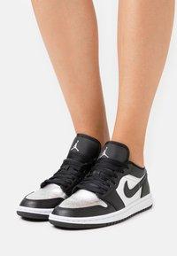 Jordan - AIR 1 SE - Zapatillas - black/metallic silver/white - 3