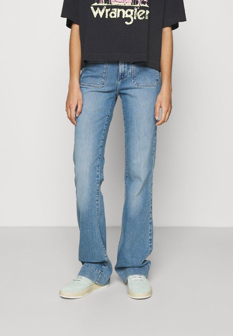 Wrangler - Flared jeans - dusty mid