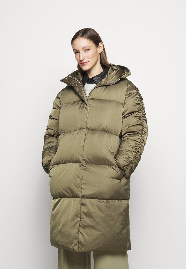 PUFF - Kabát zprachového peří - kalamata
