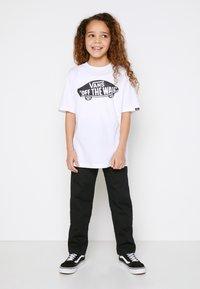 Vans - BY OTW BOYS - T-shirt con stampa - white/black - 1