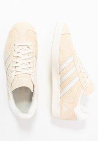 adidas Originals - GAZELLE - Joggesko - ecru tint/core white/footwear white - 1