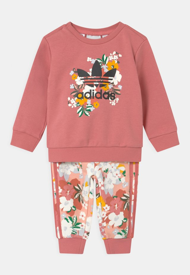 SET HER LONDON ALL OVER PRINT ORIGINALS TRACKSUIT - Verryttelyhousut - hazy rose/multicolor/black
