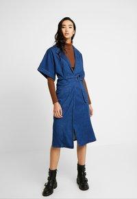 Lost Ink - UTILITY WRAP DRESS - Robe en jean - mid denim - 0