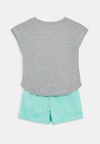 Nike Sportswear - SCRIPT FUTURA SET - Pantaloni sportivi - emerald rise - 1
