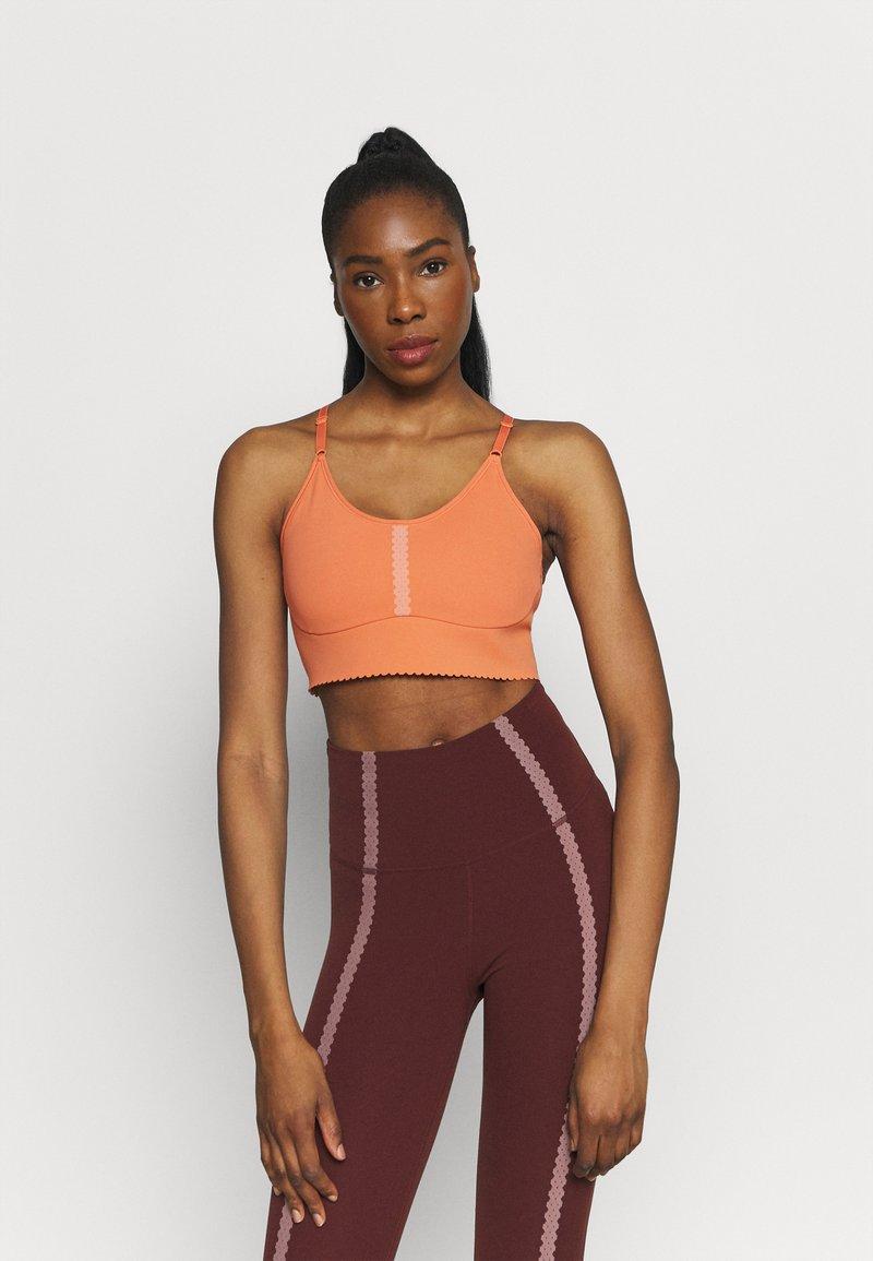Nike Performance - INDY EYELET BRA - Sujetadores deportivos con sujeción ligera - apricot agate/arctic orange