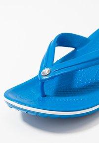 Crocs - CROCBAND FLIP UNISEX - Pool shoes - bright cobalt/white - 5