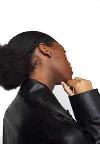 Maria Black - KATE EBONY HUGGIE - Earrings - gold-coloured - 0
