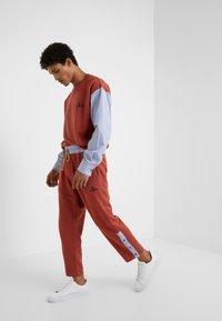 Vivienne Westwood - TRACKSUIT PANT - Pantaloni sportivi - brick - 1