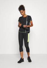 ONLY Play - ONPALIX TRAINING TEE - Camiseta estampada - black/safety yellow/iridescent - 1