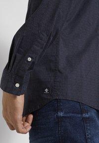 TOM TAILOR DENIM - Shirt - navy grid triangle print - 4