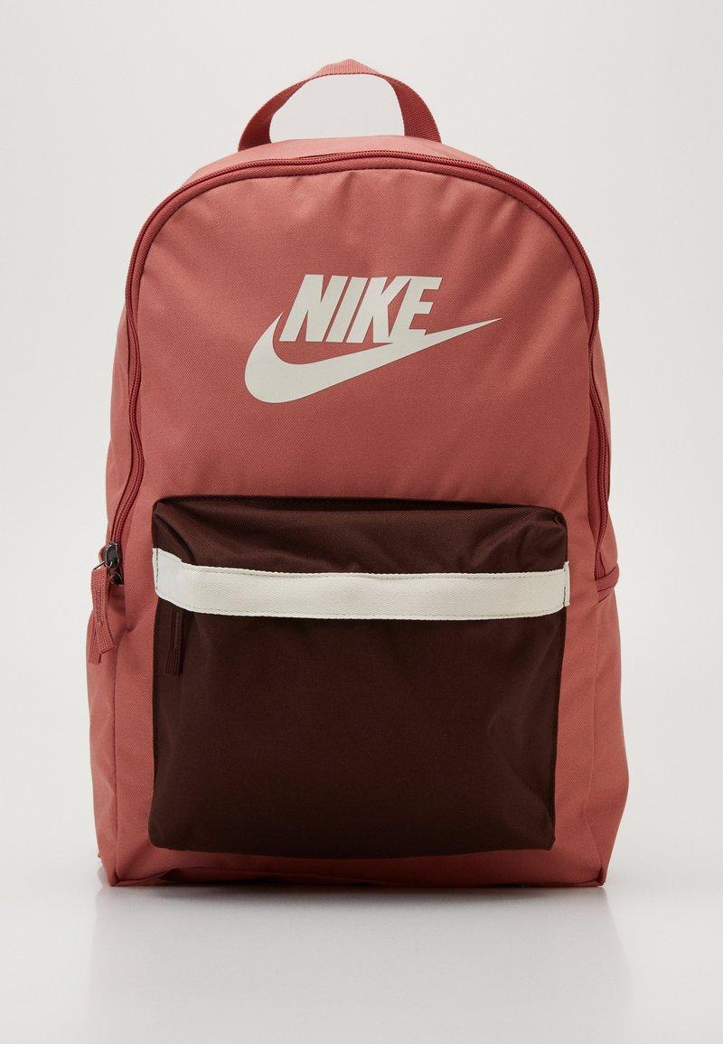 Nike Sportswear - HERITAGE - Sac à dos - canyon pink/earth/pale ivory