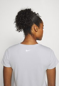 Nike Performance - RUN - Camiseta estampada - grey fog/black - 3