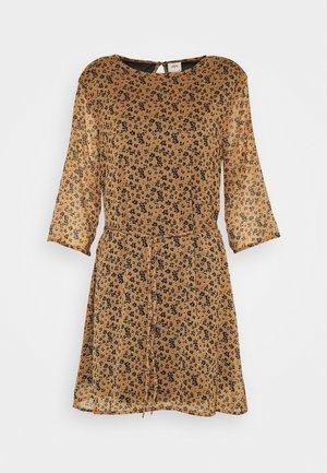 JDYJENNIFER NEW BELT DRESS - Denní šaty - biscuit/black