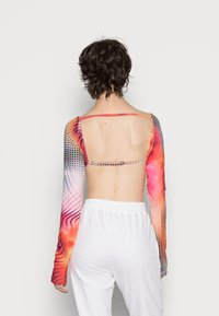 Jaded London - BACKLESS LONG SLEEVE LIPS PLACEMENT - Maglietta a manica lunga - orange/red/multi - 2