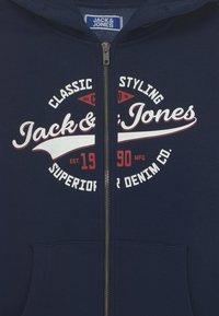 Jack & Jones Junior - JJELOGO ZIP HOOD JR - Sweater met rits - navy blazer - 2