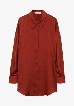 SOEPELVALLENDE SATIJNEN - Button-down blouse - donkerrood