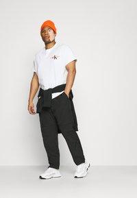 Calvin Klein Jeans Plus - URBAN GRAPHIC - Triko spotiskem - bright white - 1