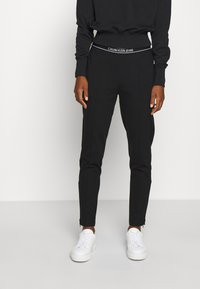 Calvin Klein Jeans - LOGO ELASTIC MILANO TROUSER - Trousers - ck black - 0