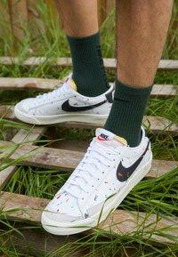 Nike Sportswear - BLAZER LOW '77  - Sneakersy niskie - white/black/sail/team orange - 2
