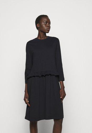 CURL - Žerzejové šaty - black