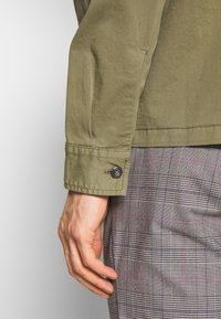 Marc O'Polo - LONG SLEEVE TWO PATCHED CHEST AND SIDE SEAM POCKETS - Summer jacket - deep lichen green - 6