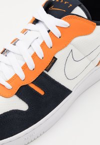 Nike Sportswear - SQUASH TYPE - Sneakers basse - summit white/dark obsidian/alpha orange/white - 7