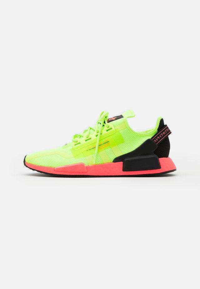 NMD_R1.V2 BOOST UNISEX - Tenisky - signal green/signal pink