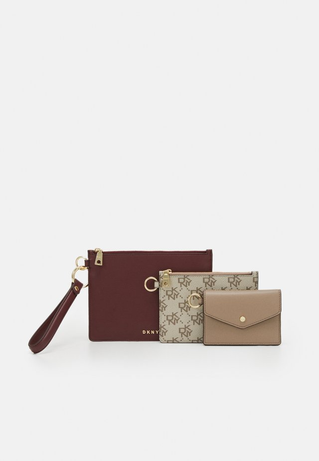 3 IN 1 WRISTLET LOGO - Lommebok - aged wine/khaki/soft clay