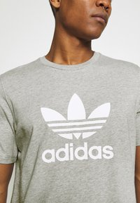 adidas Originals - TREFOIL UNISEX - T-shirt med print - medium grey heather/white - 4