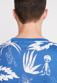 Weekday - PICTOR ALOHA  - T-shirts print - blue - 4