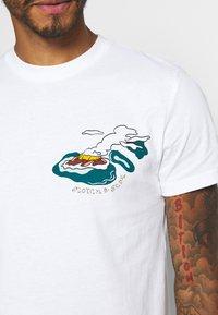 Scotch & Soda - ISLAND SOUVENIR TEE - Print T-shirt - combo - 5
