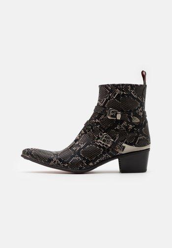 VEGAN SYLVIAN ZIP BUCKLE - Cowboy/biker ankle boot - pardo