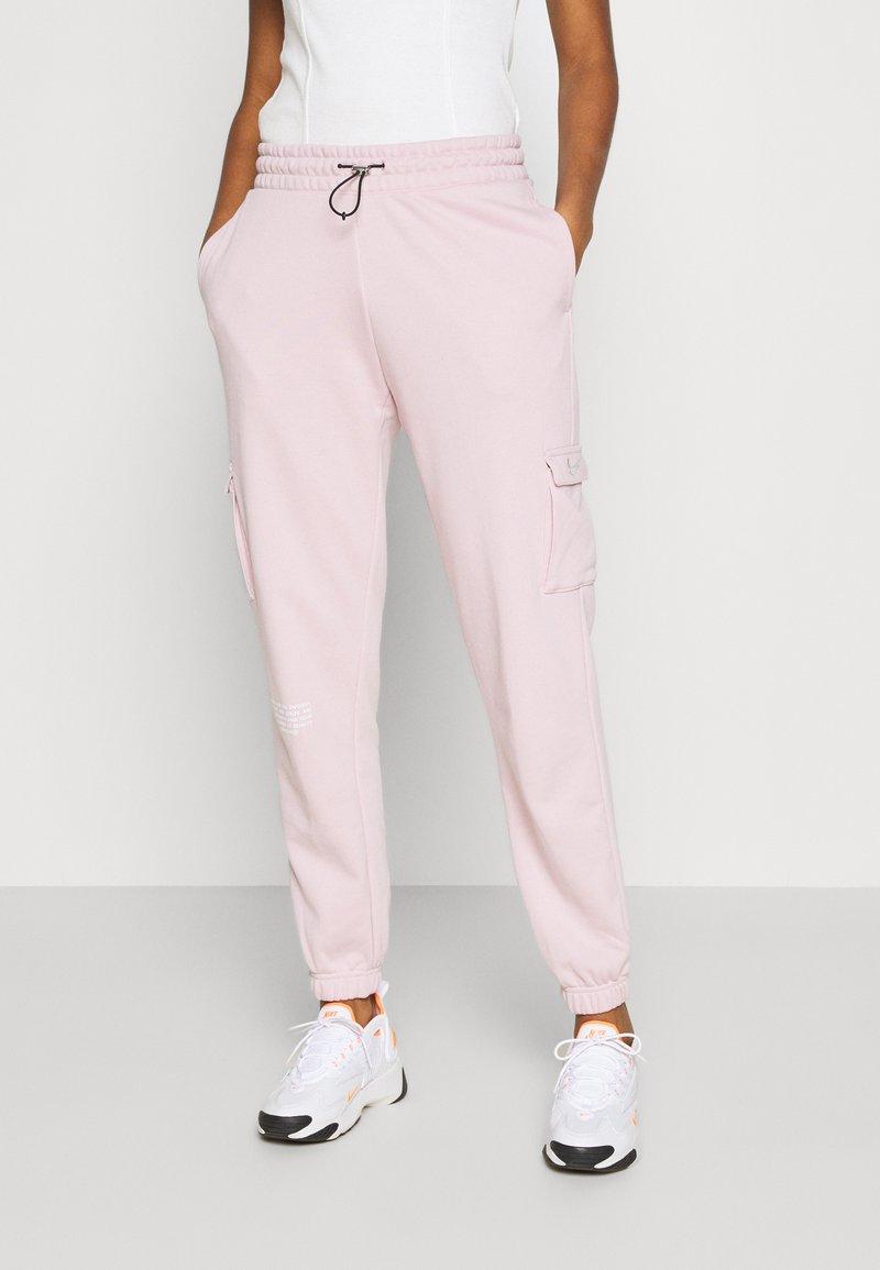 Nike Sportswear - PANT - Teplákové kalhoty - champagne/white