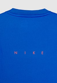 Nike Performance - Triko spotiskem - soar/midnight navy/laser crimson - 2